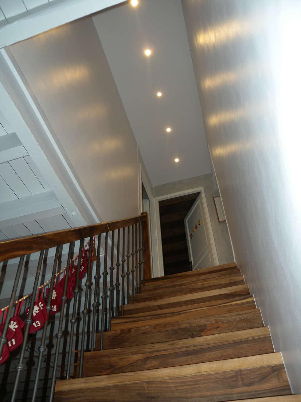 Escalier: Salon de style de style Classique par I.D.E.E
