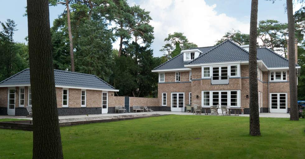 achtergevel met garage en tuin: klasieke Huizen door Snellen Architectenbureau