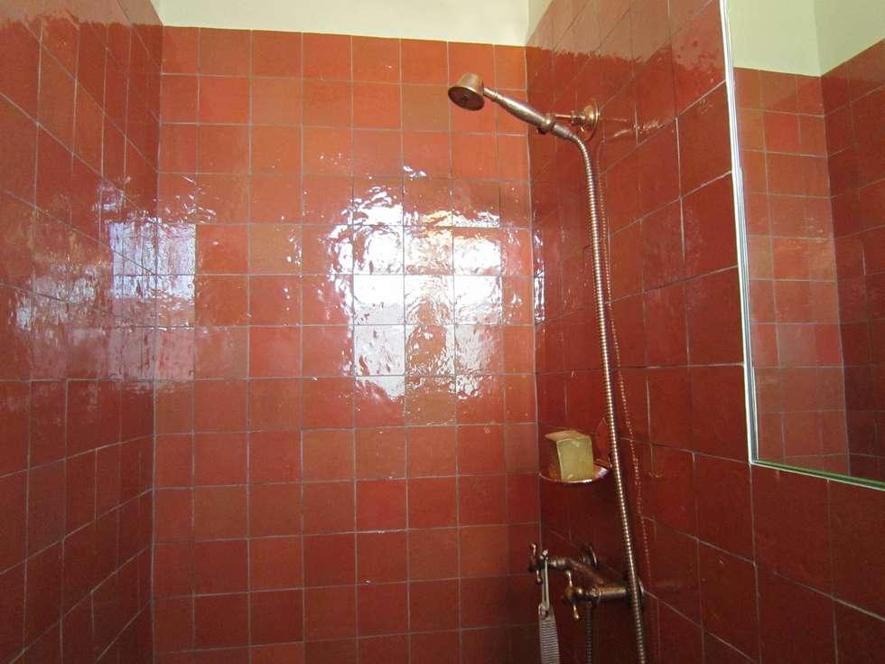 Douche en zelliges ton ocre er robinetterie en cuivre : Salle de bains de style  par Sara Camus Bouanha Architecture Interieure