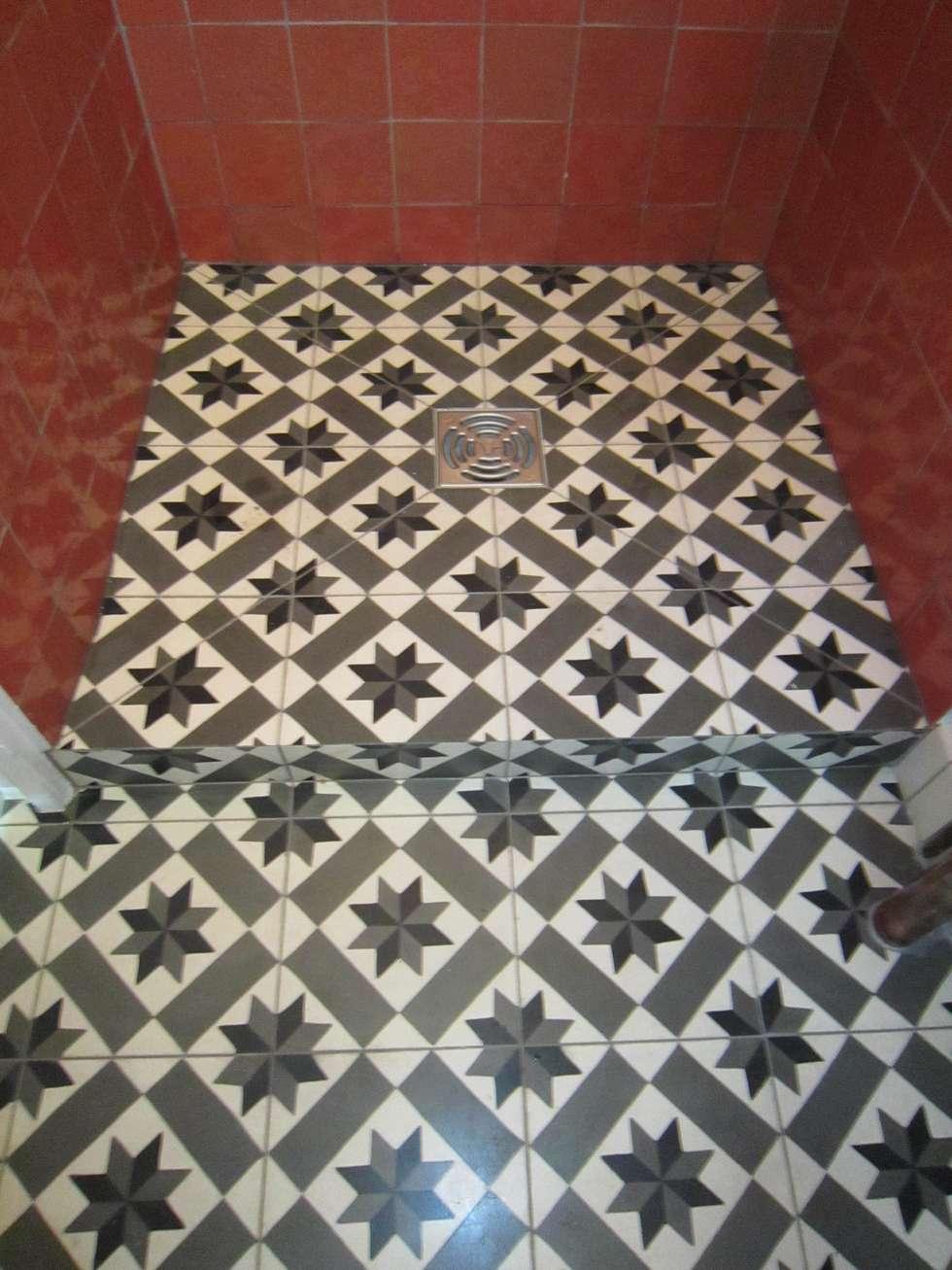 Sol en carreaux de ciments : Salle de bains de style  par Sara Camus Bouanha Architecture Interieure