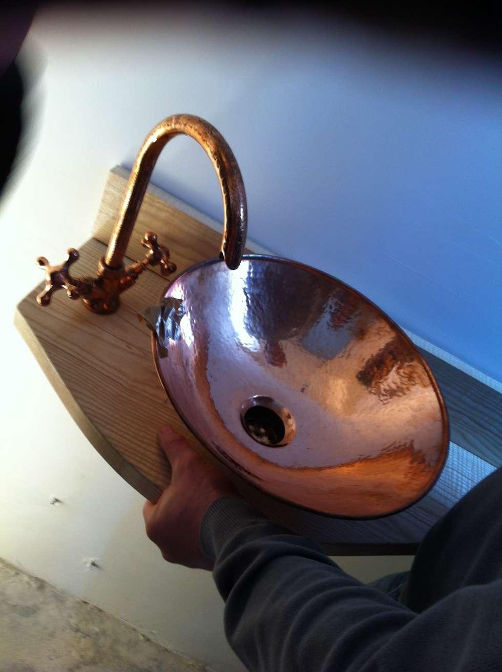 vasque en cuivre sur plan en bois de merisier sur mesure : Salle de bains de style  par Sara Camus Bouanha Architecture Interieure