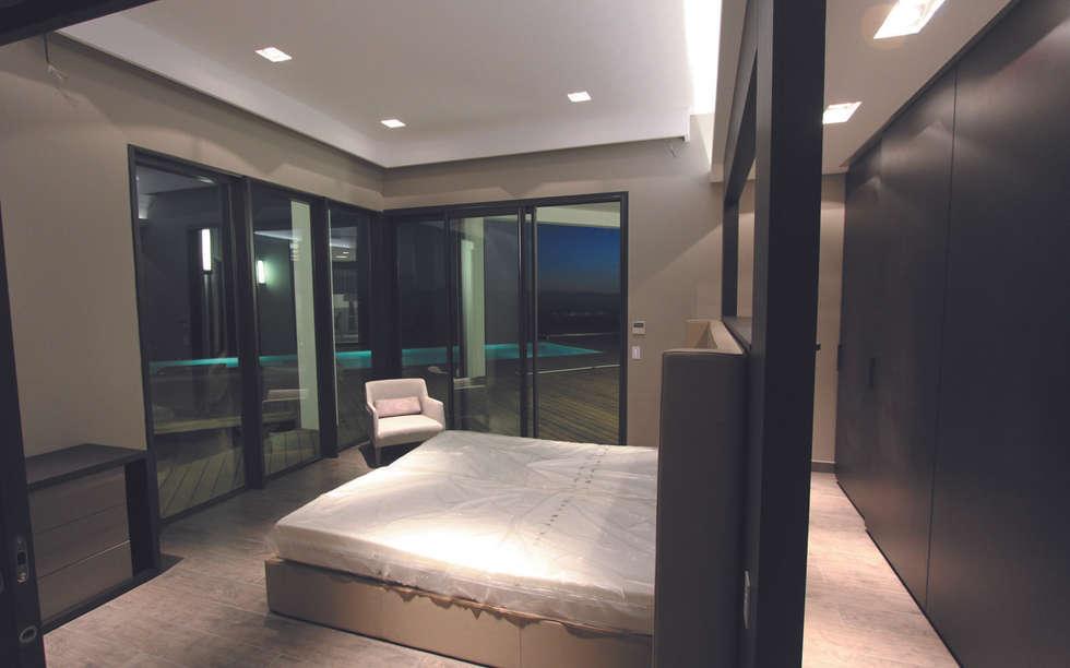 Chambre parentale avec dressing et accès terrasse et piscine: Chambre de style de style Moderne par les bains et les cuisines d'Alexandre