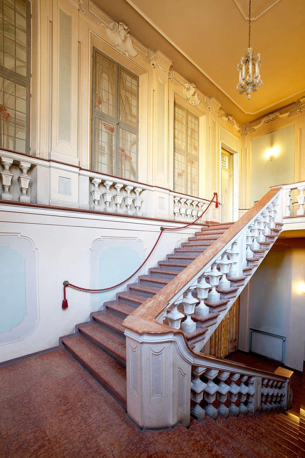DOSER PALAZZO SORMANI Alcune immagini dello splendido palazzo restaurato a Reggio Emilia: Ingresso & Corridoio in stile  di Doser S.p.A.