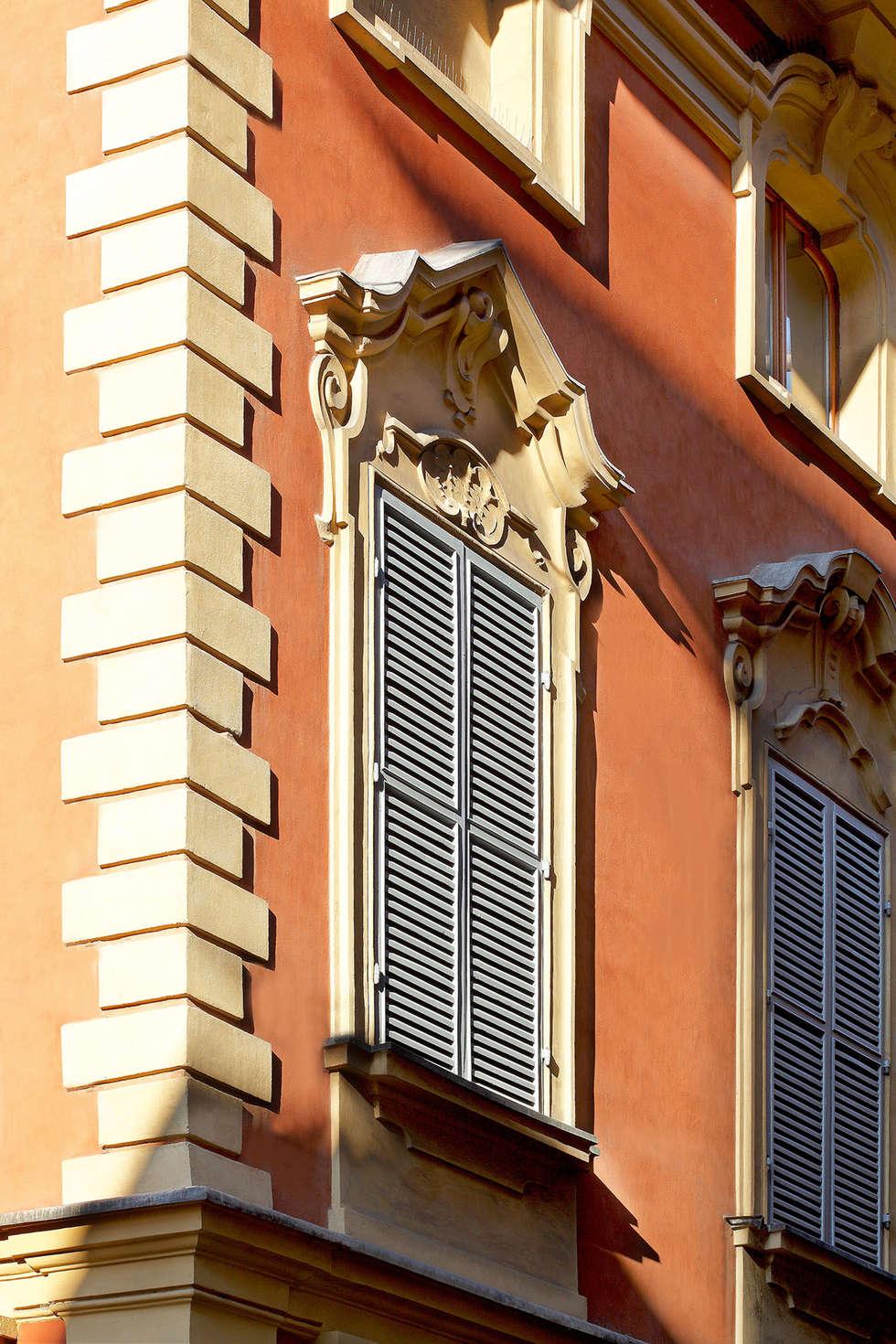 DOSER PALAZZO SORMANI Alcune immagini dello splendido palazzo restaurato a Reggio Emilia: Finestre in stile  di Doser S.p.A.