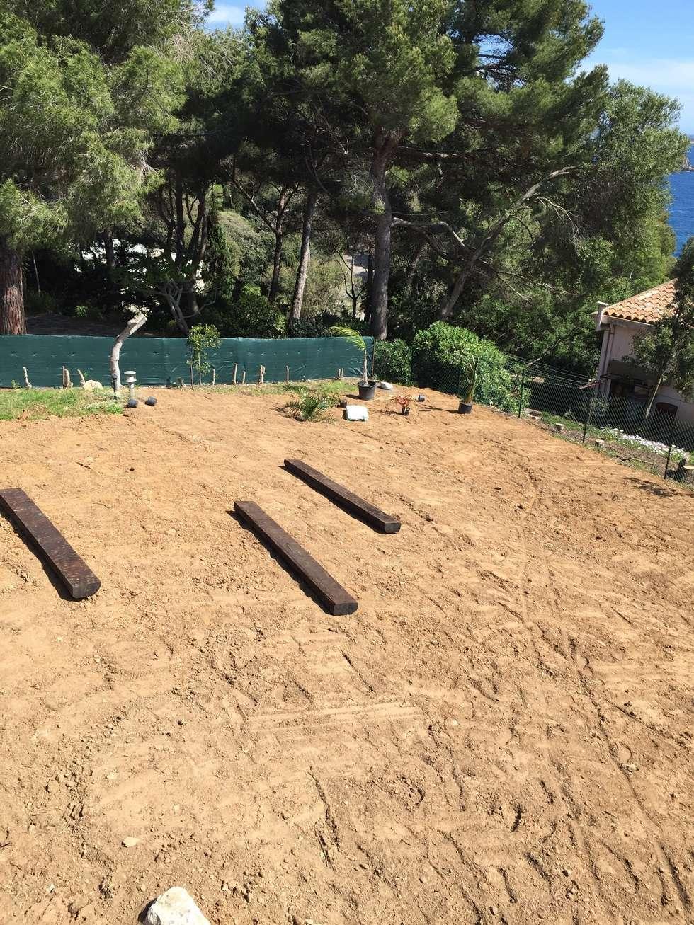Mise en place des traverses: Jardin de style de style Méditerranéen par In&Out Garden