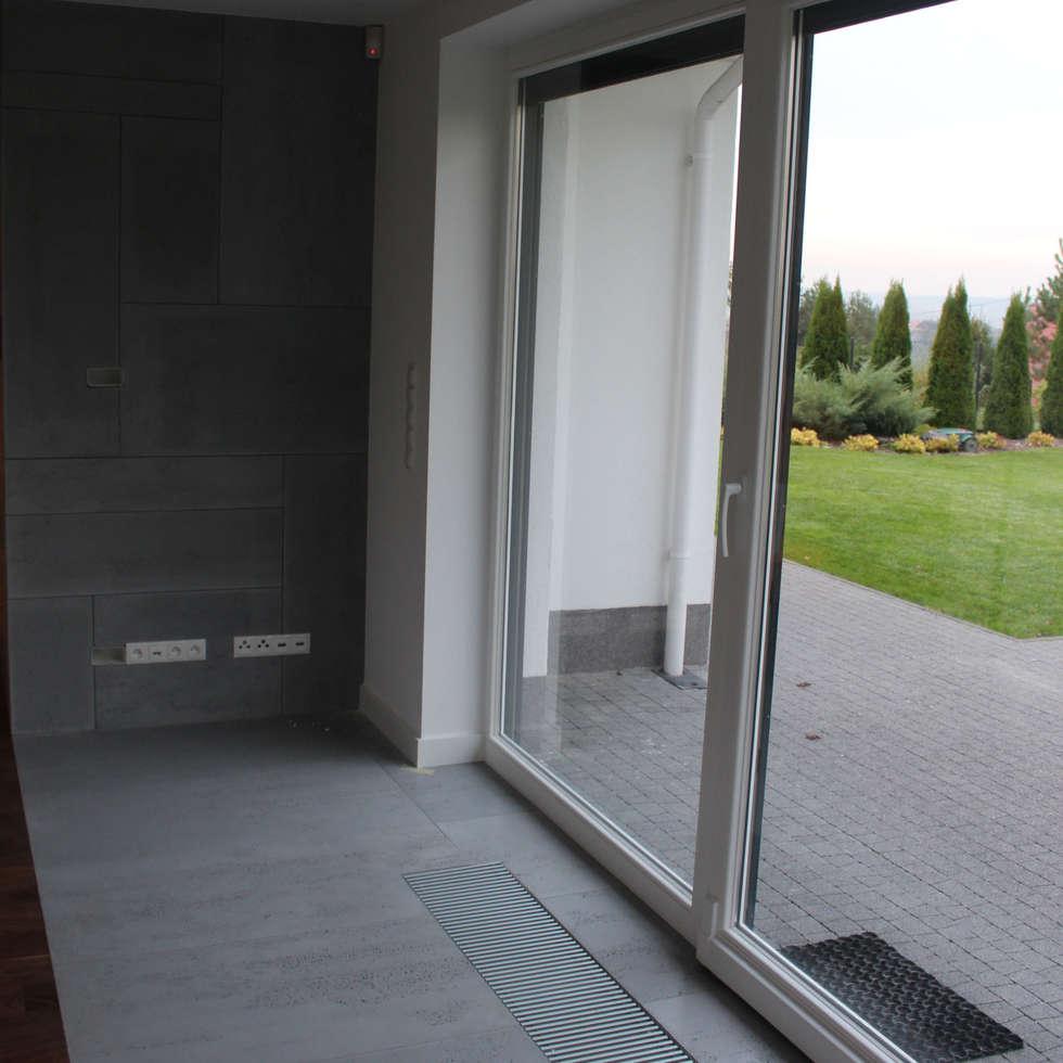 Beton architektoniczny od Luxum: styl , w kategorii Salon zaprojektowany przez Luxum