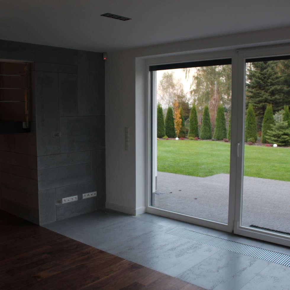 Płyty z betonu architektonicznego od Luxum: styl , w kategorii Salon zaprojektowany przez Luxum