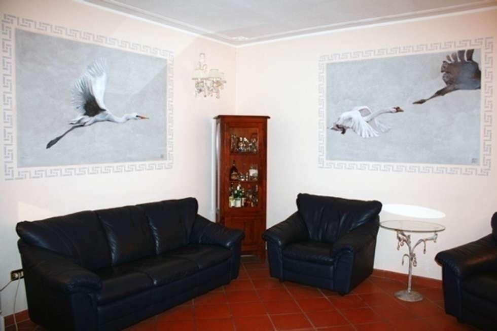 Murales Airone : salotto: Soggiorno in stile in stile Eclettico di ELISA POSSENTI ART