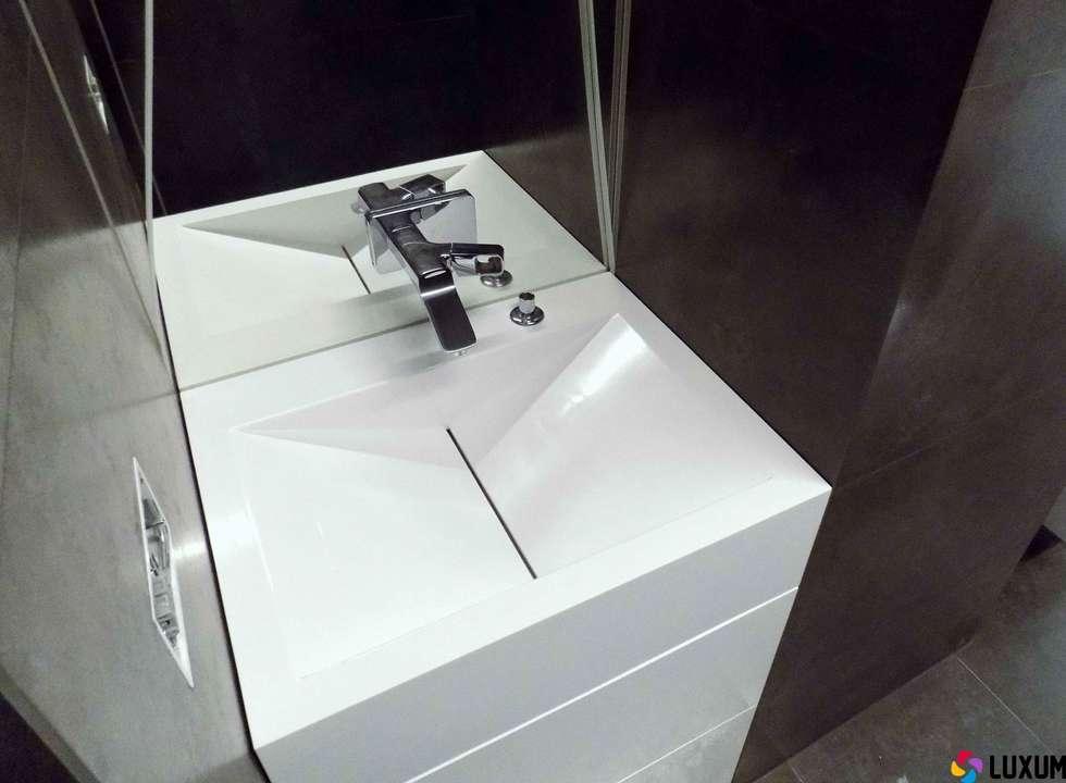 Umywalka z odpływem liniowym: styl , w kategorii Łazienka zaprojektowany przez Luxum