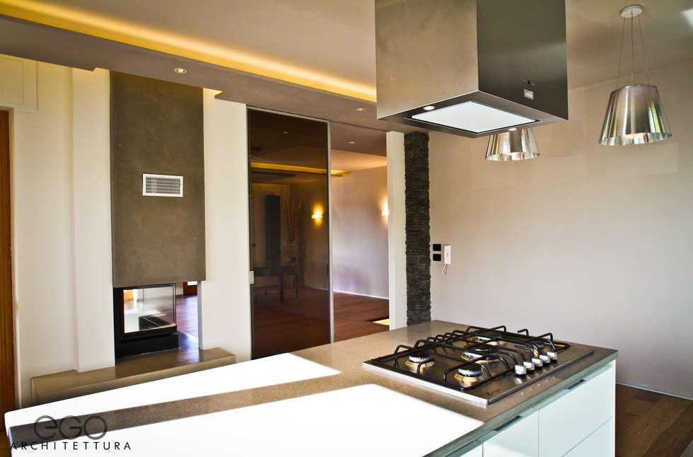 Cucina 03: Cucina in stile in stile Moderno di EGO ARCHITETTURA S.R.L.