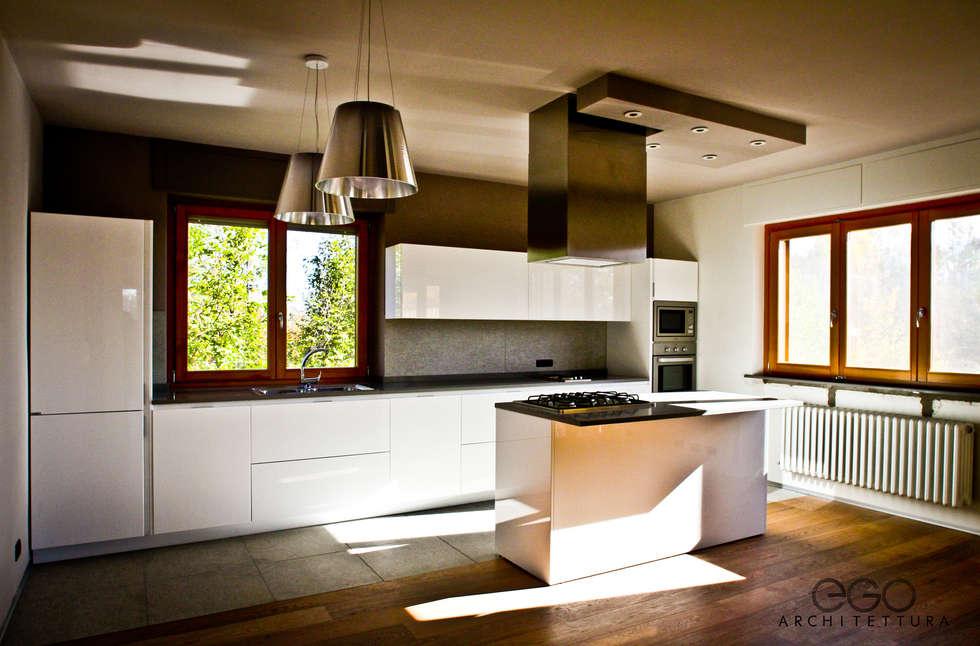 Cucina 02: Cucina in stile in stile Moderno di EGO ARCHITETTURA S.R.L.