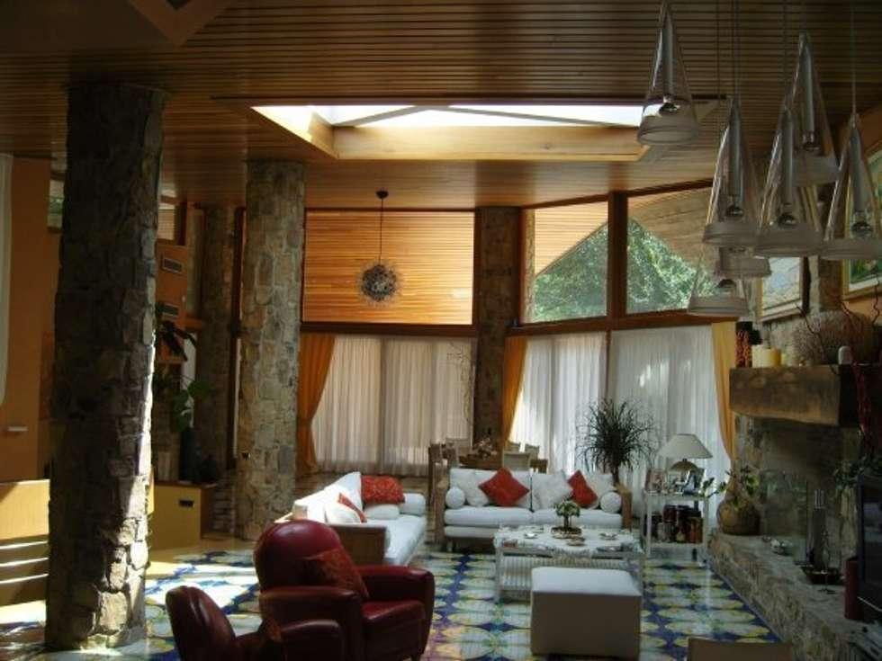 Veranda con inserimento Lucernaio: Giardino d'inverno in stile in stile Mediterraneo di Le Verande srls