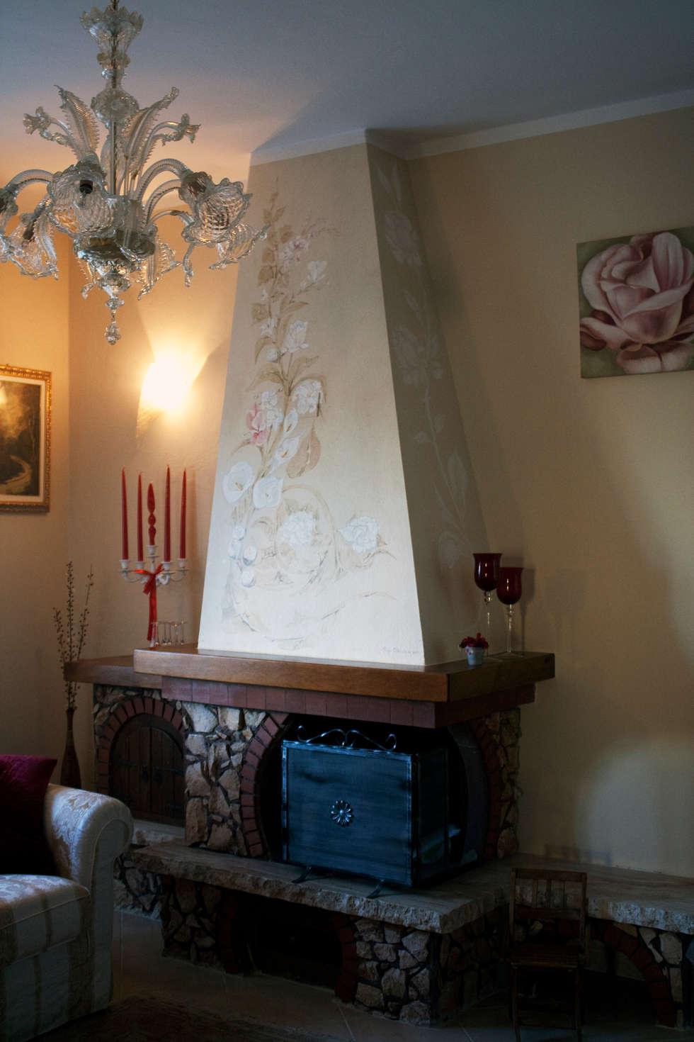 Camino dipinto: Soggiorno in stile in stile Classico di ELISA POSSENTI ART