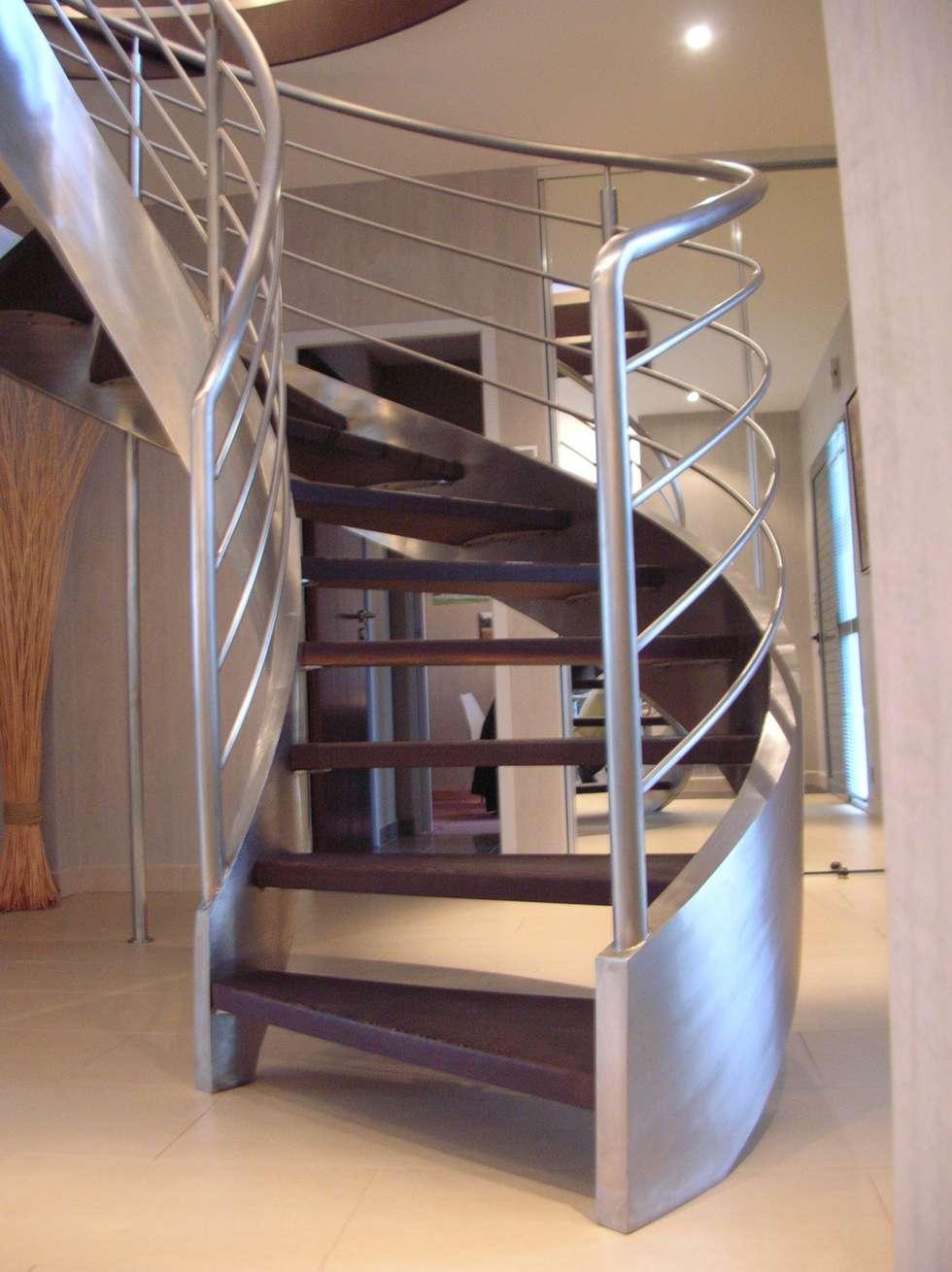 escalier balancé: Couloir et hall d'entrée de style  par AMB