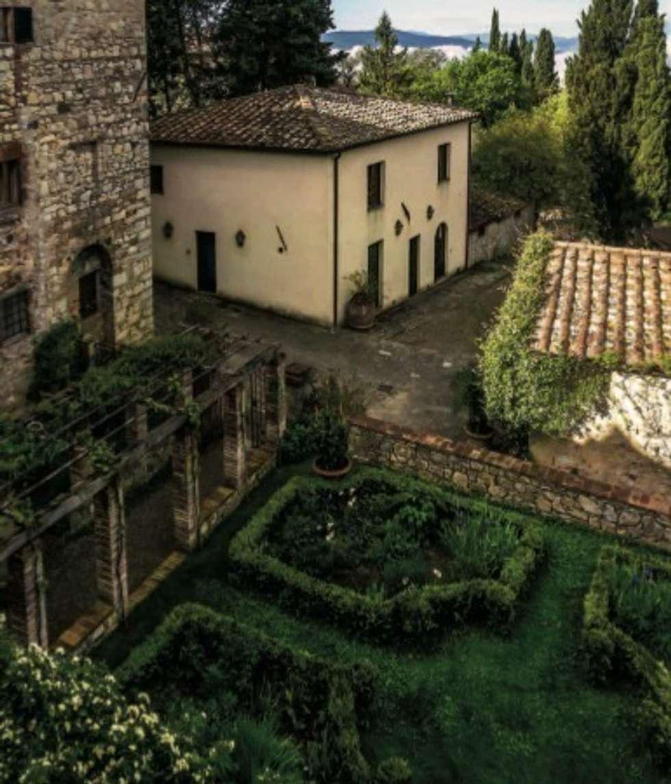 Esterni: Giardino in stile in stile Mediterraneo di Studio Mazzei Architetti
