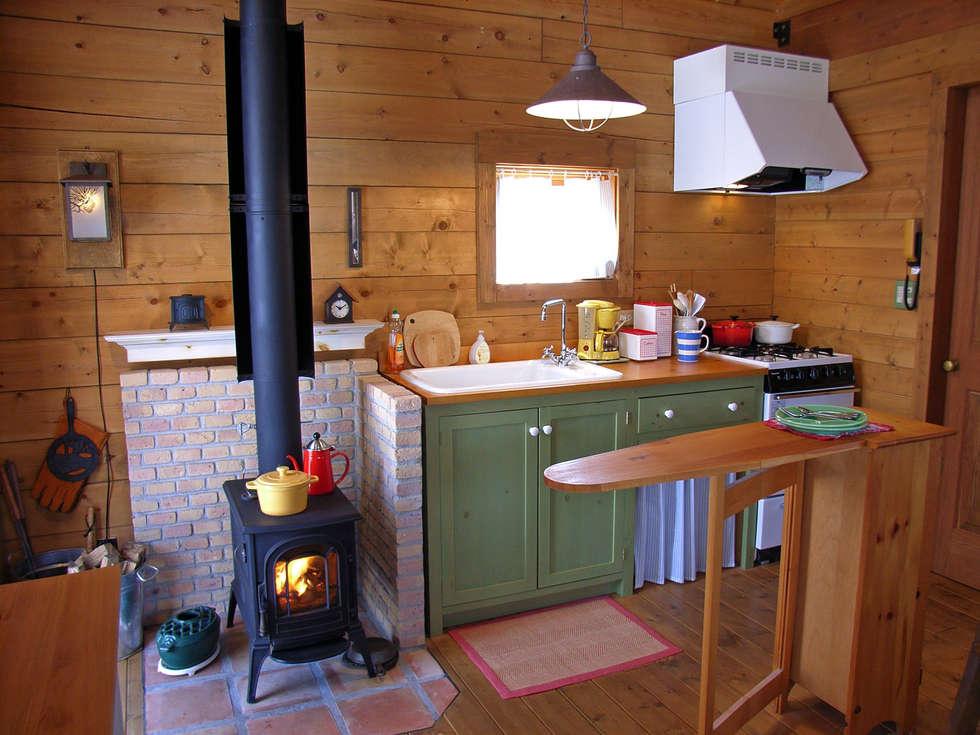 オリジナルキッチンと薪ストーブを中心にした使いやすいキッチン: Cottage Style / コテージスタイルが手掛けたキッチンです。