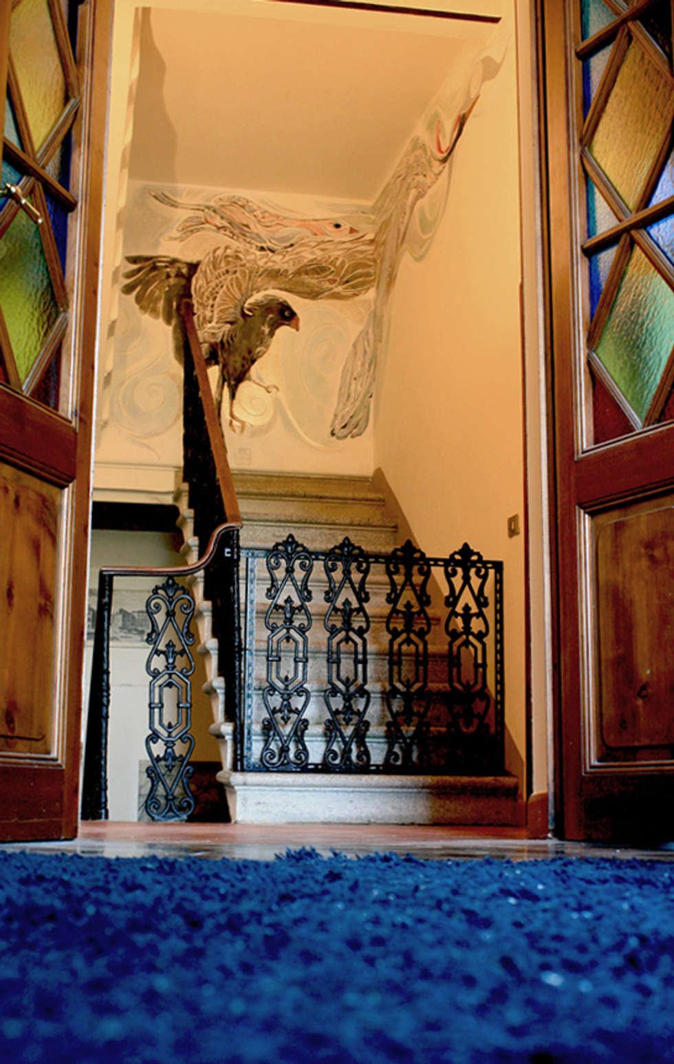 Villa Cinzia: lavoro ultimato: Ingresso & Corridoio in stile  di ELISA POSSENTI ART
