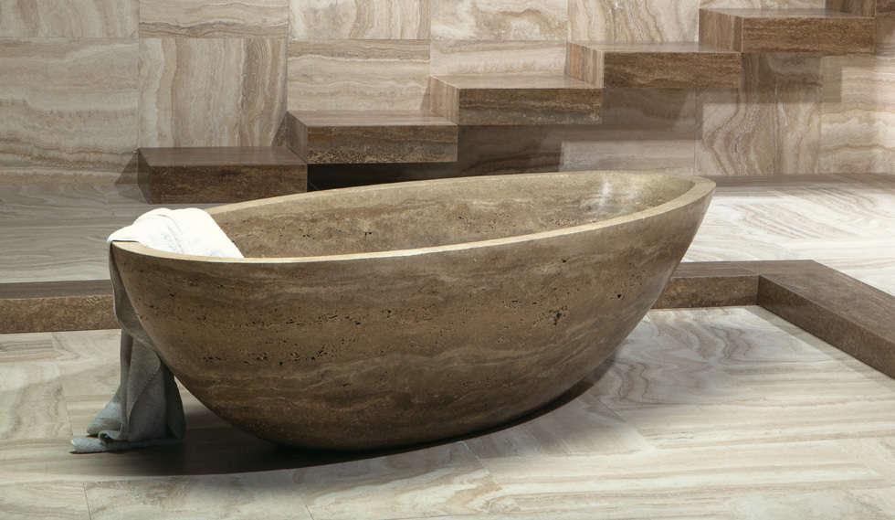 Travertine bathtub: Bagno in stile in stile classico di Caucci Home