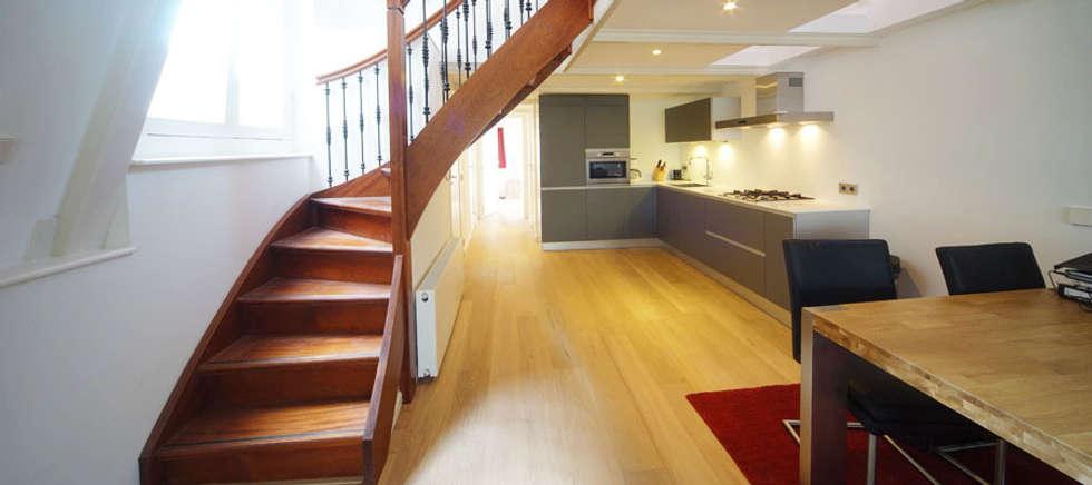 trap in de vide: moderne Keuken door BALD architecture