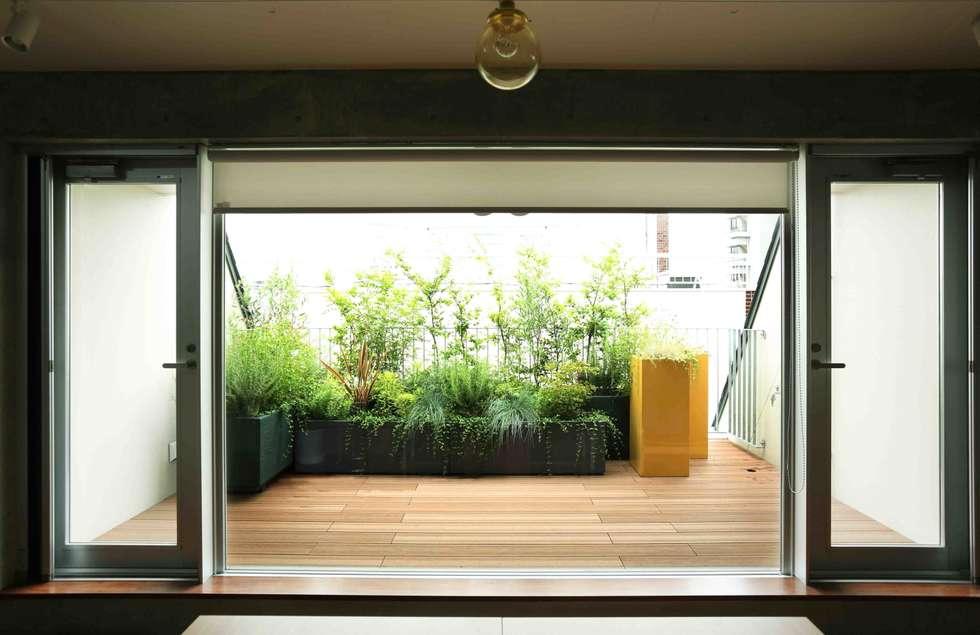 バルコニーで楽しむハーブガーデン: SUNIHA UNIHA(サニハユニハ)が手掛けた庭です。