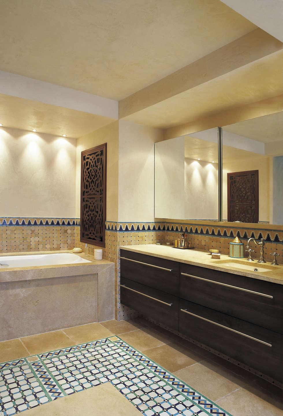 Salle de bain Anthéa: Salle de bains de style  par HORUS