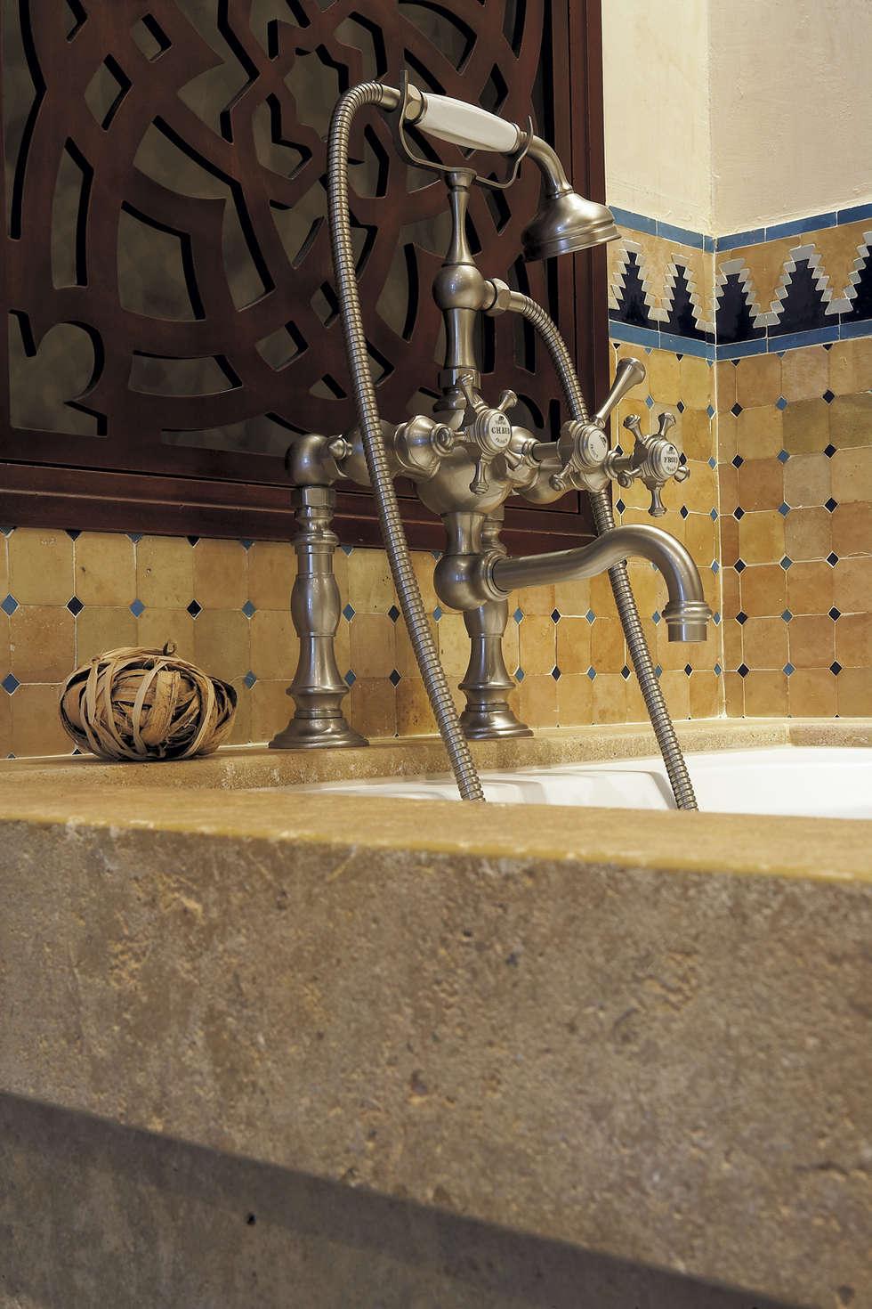 Mélangeur bain/douche: Salle de bains de style  par HORUS