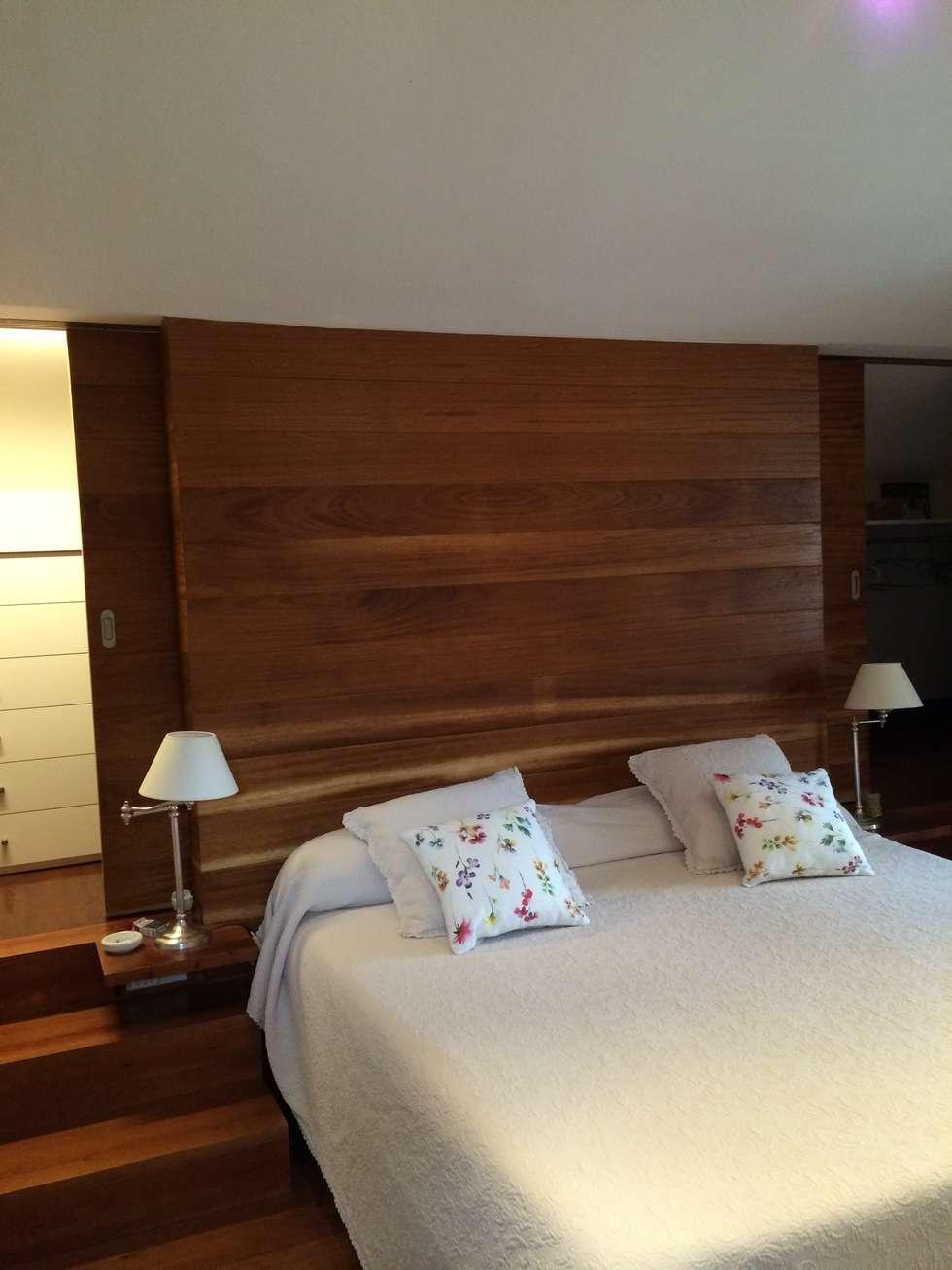 dormitorio principal con vestidor en cabecera aprovechando el desnivel de la cubierta: Dormitorios de estilo rústico de DE DIEGO ZUAZO ARQUITECTOS