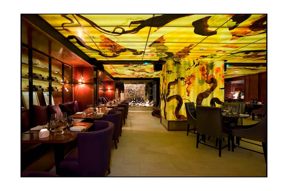 Ceiling and wall art for The Meursalut Restaurant in London.  Client: Andy Martin Associates: Architects and Designers. : Bar & Club in stile  di Noumeda Carbone artist and freelance illustrator