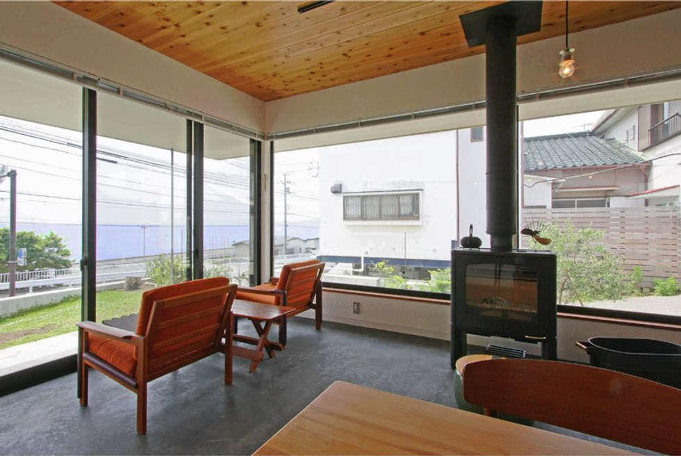 小田原 西湘 オーシャンビューの家: ミナトデザイン1級建築士事務所が手掛けたリビングです。