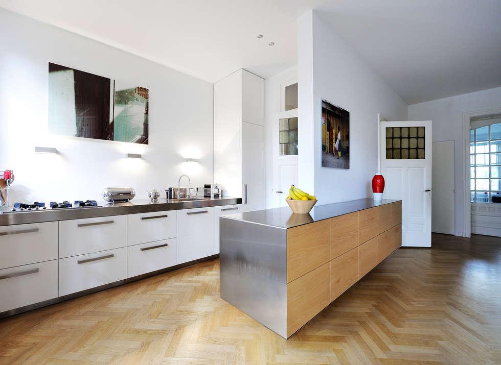 Eetkeuken : moderne Keuken door Voorwinde Architecten