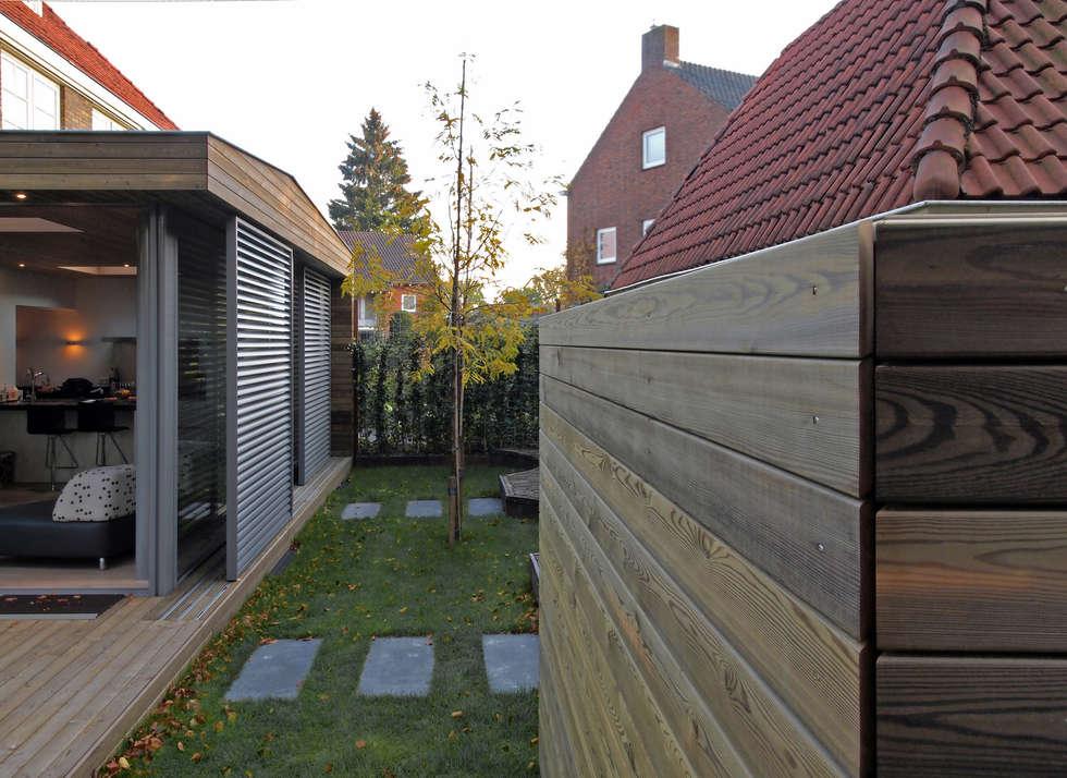 Zicht tussen tuinkamer en opslagruimte 2: moderne Serre door Roorda Architectural Studio
