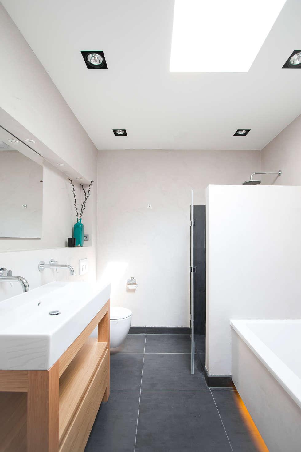 Maatwerk badkamermeubel: moderne Badkamer door Hoope Plevier Architecten