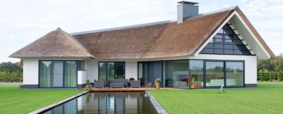 Patio met vijver: moderne Huizen door Building Design Architectuur