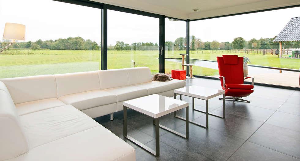 Woongedeelte met glaspui: moderne Woonkamer door Building Design Architectuur