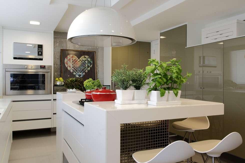 Cucina in stile in stile Moderno di ROMERO DUARTE & ARQUITETOS