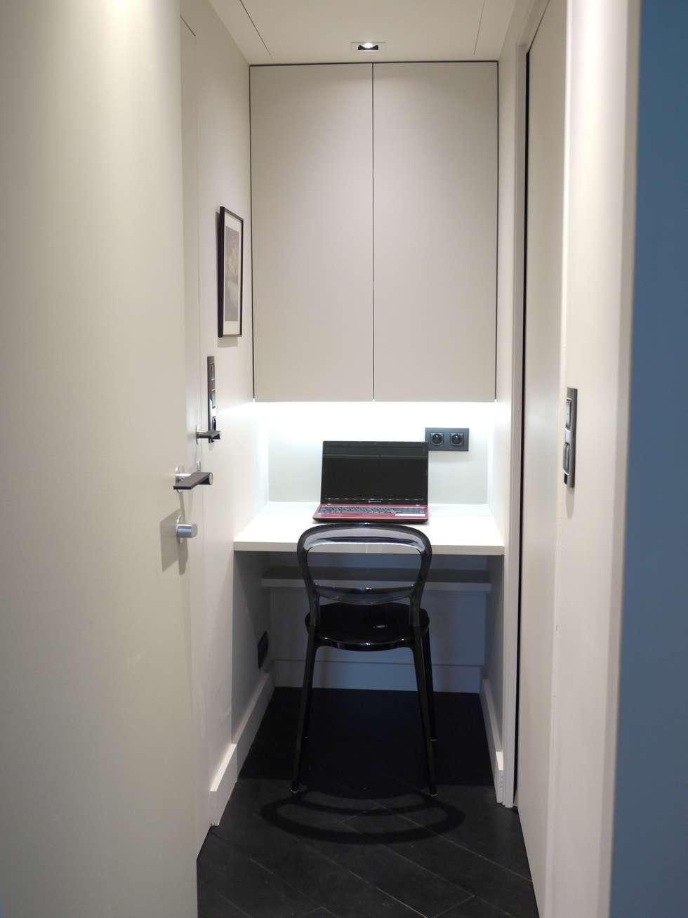 Un petit coin bureau au calme, dans une alcôve de l'appartement: Bureau de style de style Moderne par Agence MIND