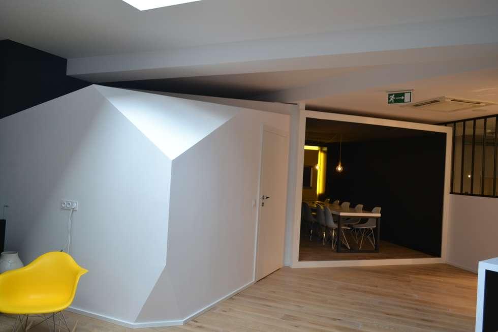 salle de réunion : Bureaux de style  par ENSEMBL3