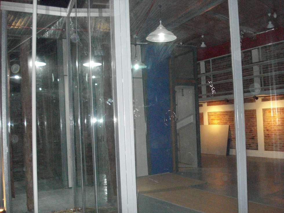 el ámbar y el azul y el gris: Estudios y oficinas de estilo moderno por CRISTINA FORNO
