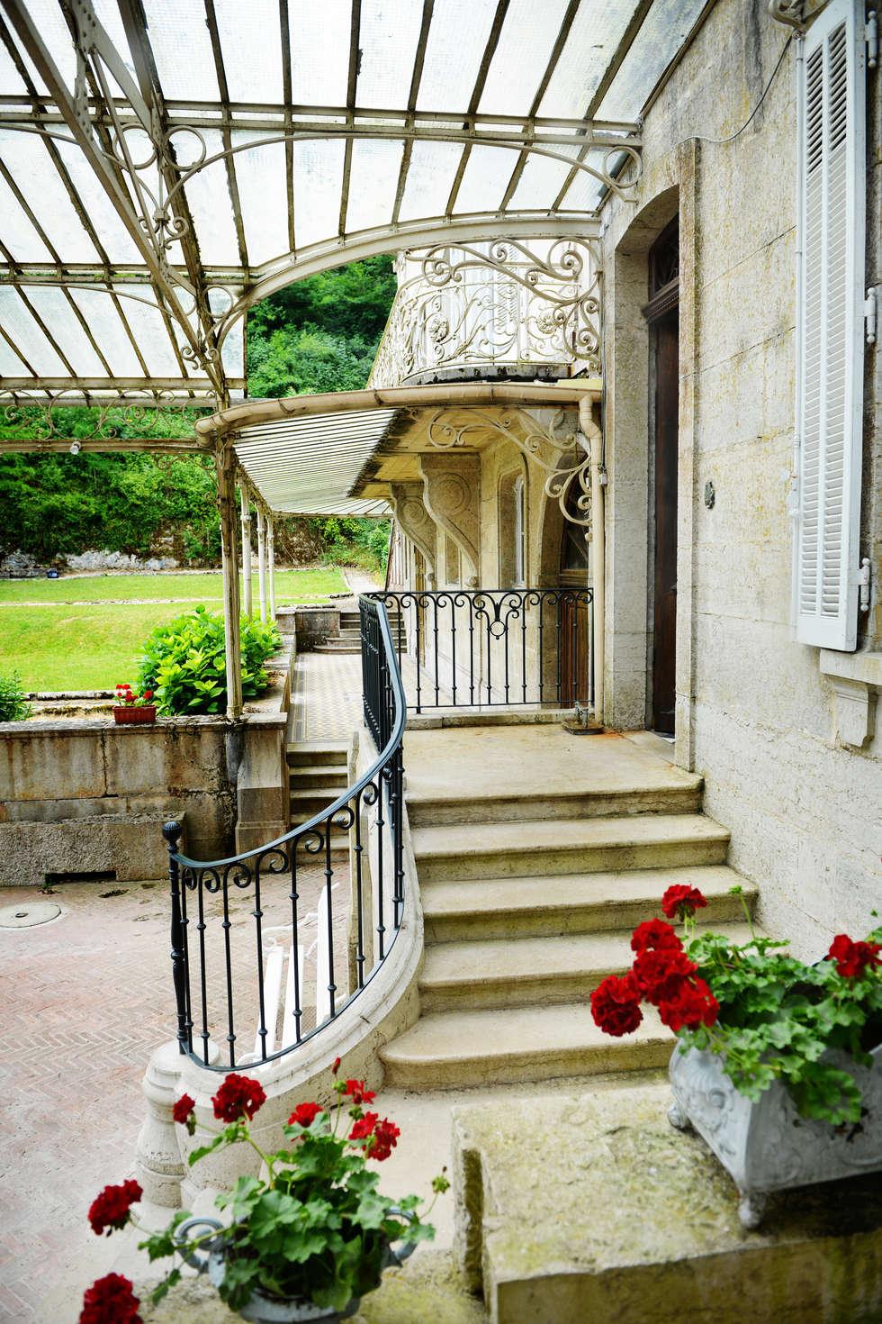 Une maison de maître dans l'Ain: Terrasse de style  par le songe du miroir photographe