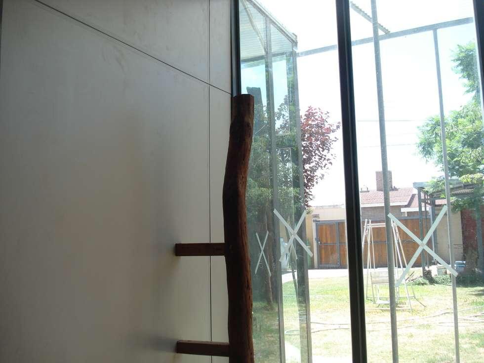 puntales: Estudios y oficinas de estilo moderno por CRISTINA FORNO