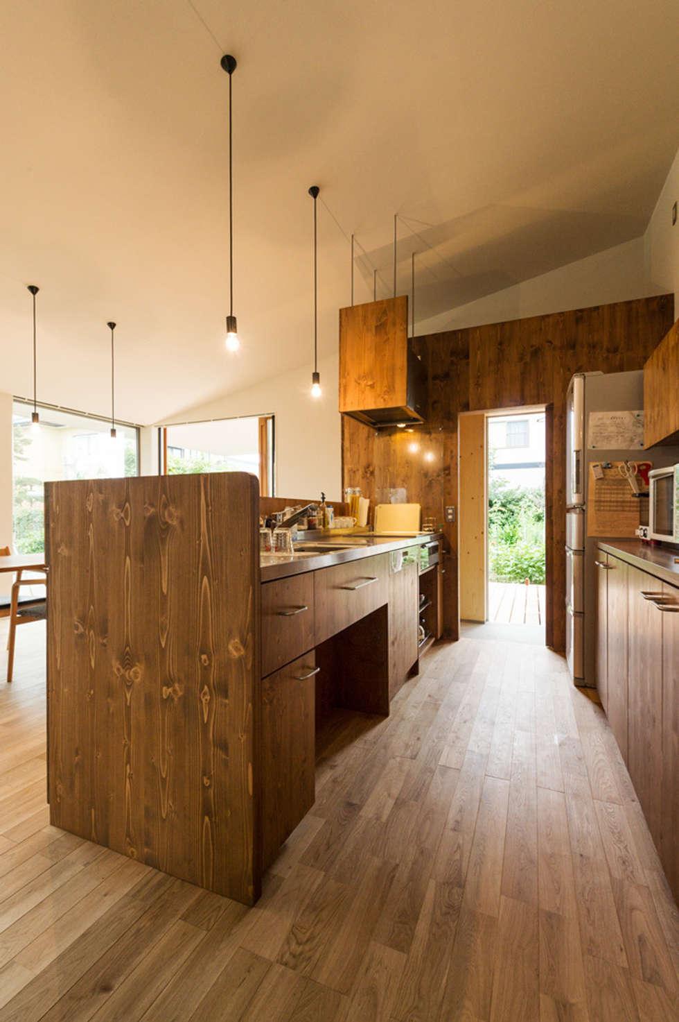 大きな一枚屋根の下で: エヌ スケッチが手掛けたキッチンです。