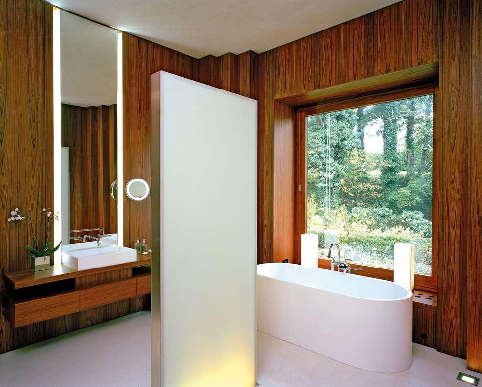 Privat Haus St. Gilgen, Austria: moderne Badezimmer von SilvestrinDesign