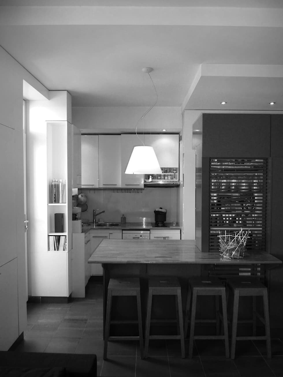 Création d'une petite cuisine ouverte et d'un meuble ilot : Cuisine de style de style Moderne par Franck VADOT Architecture
