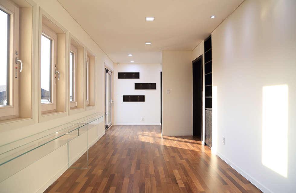 2층 가족실: OUA 오유에이의  거실
