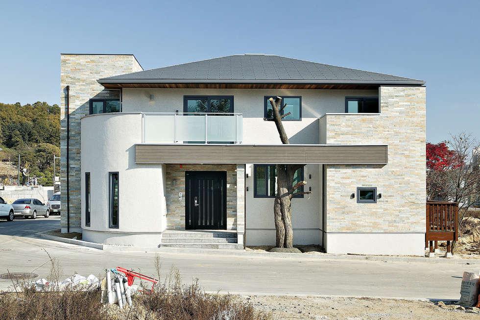 북측 주진입: OUA 오유에이의  모임 지붕