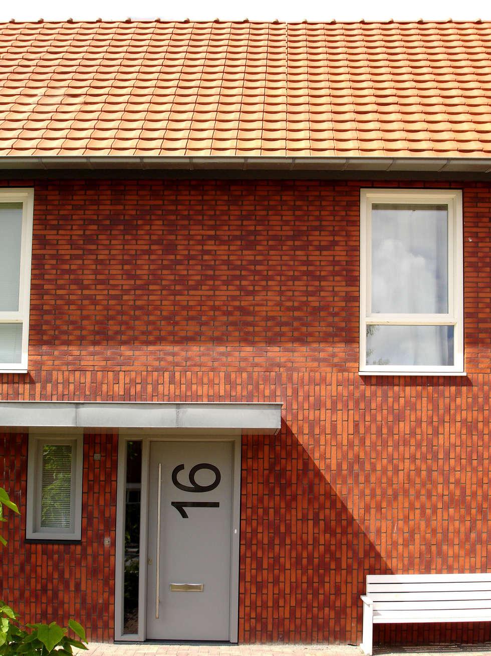 Voorgevel met entree: moderne Huizen door PAA  Pattynama Ahaus Architectuur