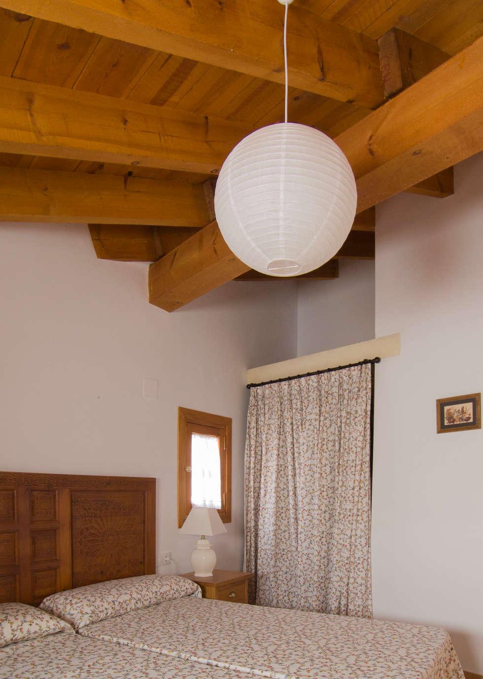 Dormitorio: armario con cortina: Dormitorios de estilo rústico de FGMarquitecto