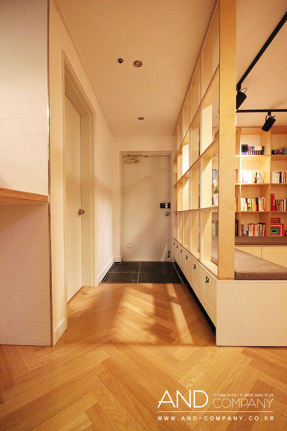 서재를 거실로, 거실을 서재로: 앤드컴퍼니의  복도 & 현관