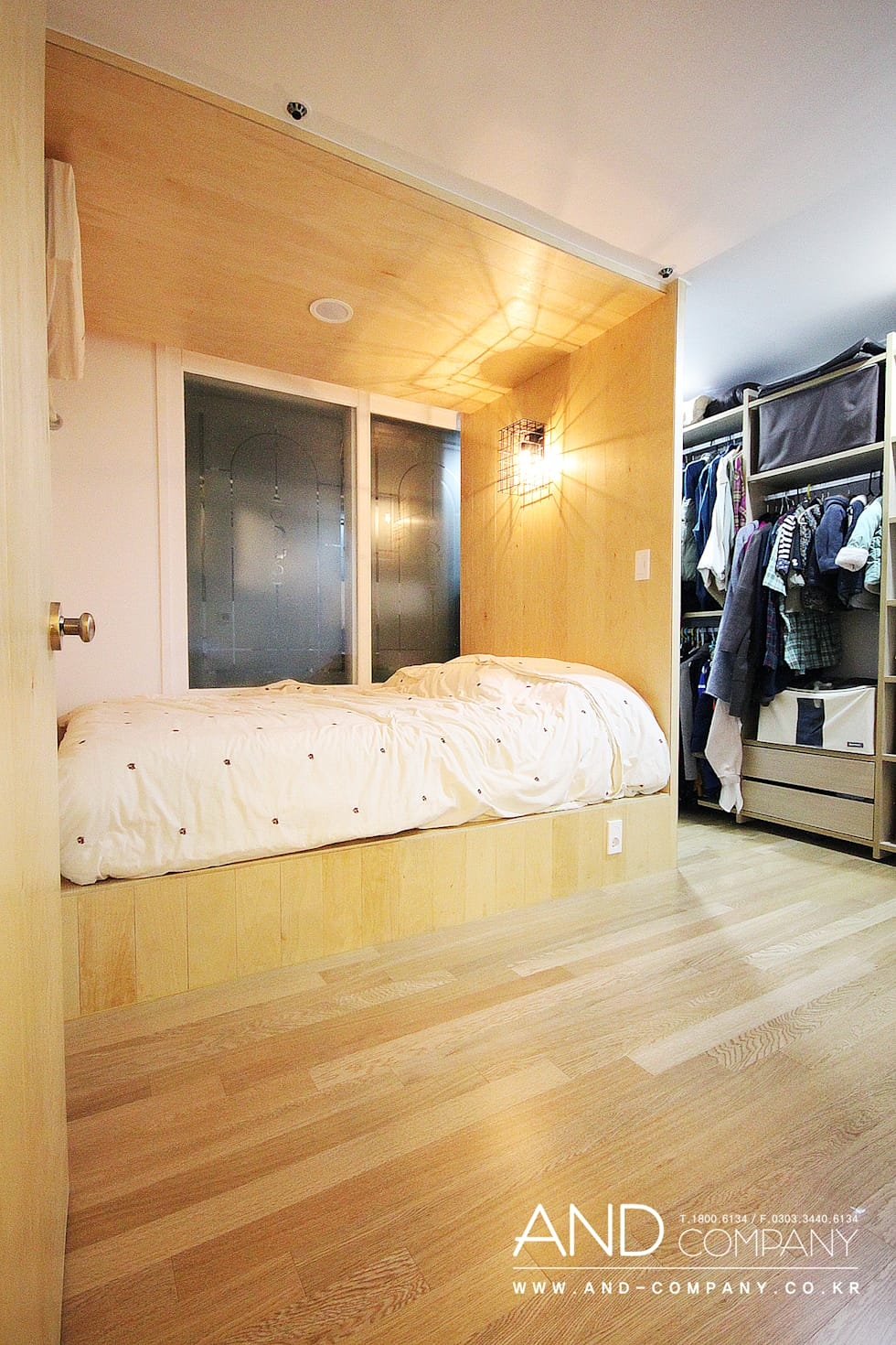 서재를 거실로, 거실을 서재로: 앤드컴퍼니의  침실