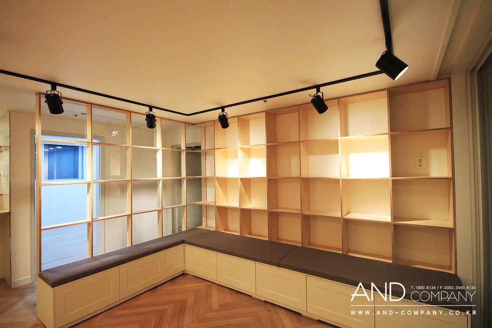 서재를 거실로, 거실을 서재로: 앤드컴퍼니의  거실